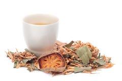 Una tazza di tisana su fondo bianco Fotografie Stock