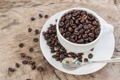 Una tazza e chicchi di caffè Fotografie Stock