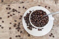 Una tazza e chicchi di caffè Immagini Stock Libere da Diritti