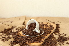 Una tazza e chicchi di caffè Immagine Stock Libera da Diritti
