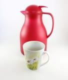 Una tazza e un termos rosso Fotografie Stock Libere da Diritti