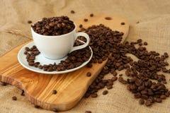 Una tazza piena dei chicchi di caffè Fotografia Stock Libera da Diritti