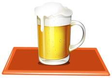 Una tazza in pieno di birra fredda Immagine Stock
