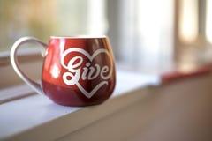 Una tazza rossa in pieno di amore Immagini Stock Libere da Diritti