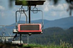 Una telesilla va arriba y abajo de la montaña Imagen de archivo