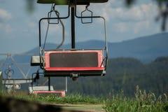 Una telesilla va arriba y abajo de la montaña Foto de archivo
