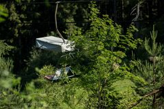 Una telesilla va arriba y abajo de la montaña Imagen de archivo libre de regalías