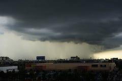 Una tempesta e una pioggia nella città Fotografia Stock