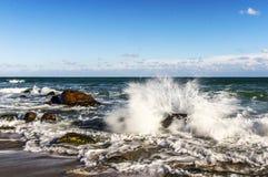 Una tempesta nelle onde di Mar Nero che si schiantano contro le rocce fotografie stock libere da diritti