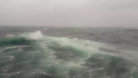 Una tempesta onda nel mare, oceano nell'Oceano Indiano durante la tempesta stock footage