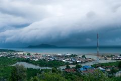 Una tempesta tropicale massiccia circa per colpire Tolitoli, Indonesia fotografia stock