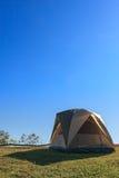 Una tenda di campeggio sull'iarda verde di alta collina contro cielo blu Fotografie Stock Libere da Diritti