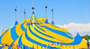 Una tenda di circo gialla e blu. Fotografia Stock Libera da Diritti