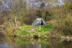 Una tenda di due uomini ha lanciato su un pezzo di terra accanto al lago ai vecchi cantieri di miniere di piombo in Conlig, conte Immagini Stock Libere da Diritti