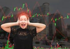 Una tensión y un dolor de cabeza de la mujer de Asia cuando caída del mercado de acción Foto de archivo