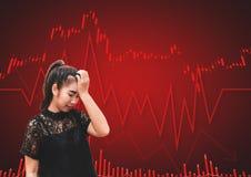 Una tensión y un dolor de cabeza de la mujer de Asia cuando caída del mercado de acción Imagenes de archivo