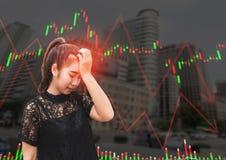 Una tensión y un dolor de cabeza de la mujer de Asia cuando caída del mercado de acción Fotografía de archivo