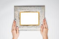 Una tenuta femminile della mano una struttura di legno della foto ha isolato il bianco, Immagine Stock