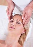 Una terapia de la acupuntura en un centro del balneario imagenes de archivo