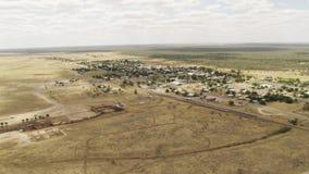 Una terra con gli alberi e le costruzioni dalla a lontano stock footage