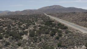 Una terra sterile del deserto con alcuni piccoli arbusti dal cielo video d archivio