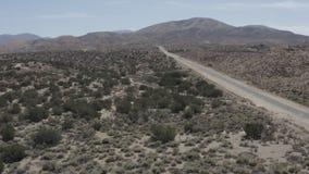 Una terra sterile del deserto con alcuni piccoli arbusti dal cielo archivi video