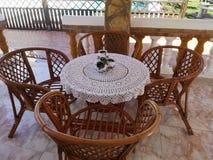 Una terraza acogedora con un mantel hecho en casa imagen de archivo libre de regalías