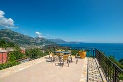 Una terraza enorme con una hermosa vista de la ciudad de Sutomore y de montañas en Montenegro fotografía de archivo
