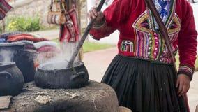 Una tessitura della lana dell'alpaga dei demsontrates della donna di Quechuan Fotografie Stock