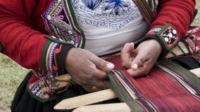 Una tessitura della lana dell'alpaga dei demsontrates della donna di Quechuan Fotografie Stock Libere da Diritti