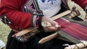 Una tessitura della lana dell'alpaga dei demsontrates della donna di Quechuan Immagine Stock Libera da Diritti