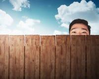 Una testa dell'uomo dietro il recinto di legno Immagini Stock Libere da Diritti