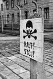 Una testa della morte firma dentro Auschwitz immagini stock