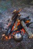 Una tetera con t? hace una pausa el fuego fotograf?a de la tarde imagen de archivo libre de regalías