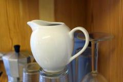 Una tetera de cerámica blanca Fotografía de archivo libre de regalías