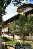 Una tetera fue puesta en una pared en el patio de un templo budista cerca de Paro (Bhután) Imagenes de archivo