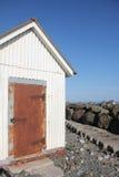 Una tettoia con una porta arrugginita Immagine Stock