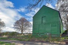 Una tettoia rurale dell'azienda agricola dipinta nel verde ad un terreno coltivabile in campagna britannica dell'Inghilterra, Reg Fotografia Stock