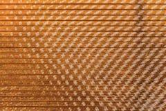 Una textura horizontal hermosa de la hoja amarilla del policarbonato con resplandores del sol fotografía de archivo libre de regalías