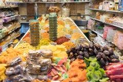 Una tienda con los dulces y las especias en el mercado árabe en la ciudad vieja de Jerusalén, Israel imagenes de archivo