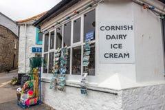 Una tienda típica del pueblo en el Mousehole, Cornualles foto de archivo