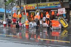 Una tienda vende el equipo necesario para la inundación en Bangkok, Tailandia, el 30 de noviembre de 2011 fotos de archivo libres de regalías