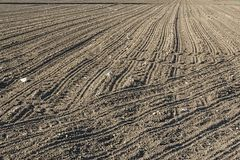 Una tierra arada y labrada, quizás incluso sembrada foto de archivo