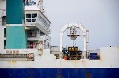 Una timonera blanca del ` s de la nave y un embudo azul imagen de archivo
