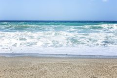 Una tira de playa arenosa con el mar de la turquesa y el cielo azul Paisaje hermoso fotos de archivo libres de regalías