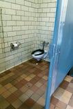 Una toilette pubblica in qualche modo sporca in New York immagini stock