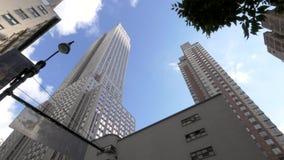 Una toma panorámica tiró alrededor al Empire State Building, Nueva York almacen de video