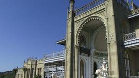 Una toma panorámica tiró del palacio de Vorontsovsky en la ciudad de Alupka, Crimea, Ucrania almacen de metraje de vídeo