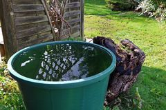 Una tonelada de lluvia en el jardín Agua de lluvia de un barril del agua Foto de archivo libre de regalías
