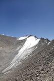 Una toppa di neve visibile nel picco di montagna della La di Khardung (passaggio), Ladakh Fotografie Stock Libere da Diritti